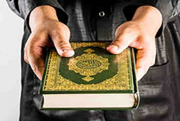 koran-hand-quran-hand-holy-book-muslims-white-background-72226618 (1)
